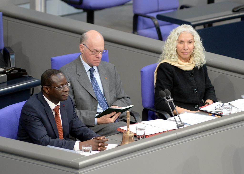 (c) Deutscher Bundestag - Achim Melde Schriftführer: Dr. Karamba Diaby, (li), SPD, Azize Tank, (re), DIE LINKE, Vorsitz: Bundestagspräsident Prof. Dr. Norbert Lammert, CDU/CSU, 15. Sitzung Deutscher Bundestag.