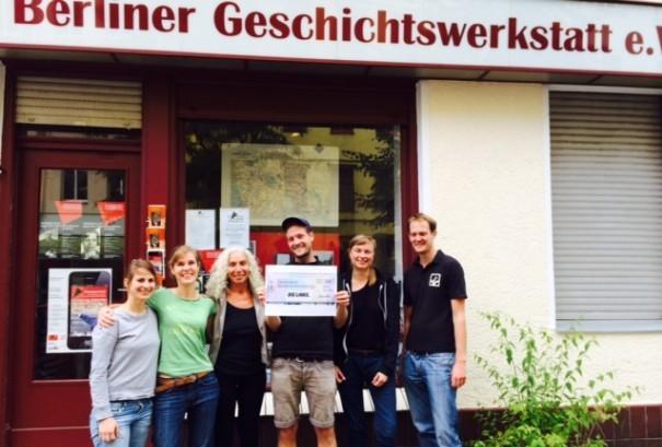 Scheckübergabe an Berliner Geschichtswerkstatt