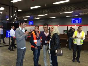 Azize Tank im Gespräch mit freiwillugen Dolmetschern am Hauptbahnhof Wien