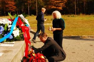 Die Bundestagsabgeordnete Azize Tank gedenkt der Opfer von Sobibor