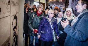 Dr. Hans Coppi erläutert die vom Internationalen Arbeitskreis bei der Berliner VVN-BdA erarbeiteten Ausstellungs-Tafeln im renovierten Museum der Martyrologie,  Foto: Andreas Domma