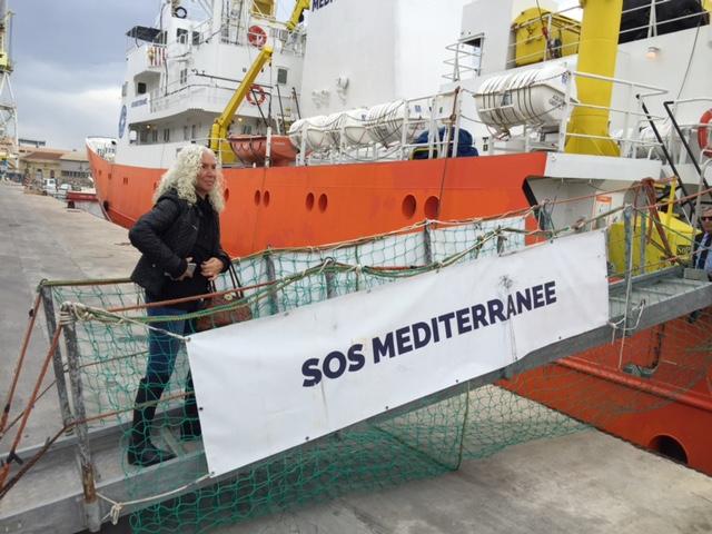 Azize Tank geht an Bord der  SOS Mediterranee