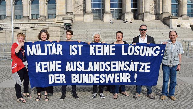 Protest vor dem Bundestag: Auslandseinsätze der Bundeswehr beenden!