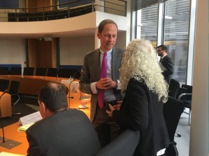 Azize Tank im Gespräch mit Dr. Hendrik Hoppenstedt (CDU/CSU), stellvertretenden Vorsitzenden des Ausschusses für Recht und Verbraucherschutz
