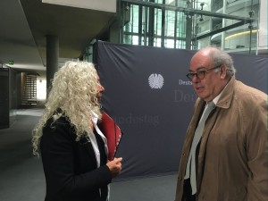 Die Berichterstatterin Azize Tank (Die Linke) im Gespräch mit dem Sachverständigen Prof. Dr. Dr. Eberhard Eichenhofer